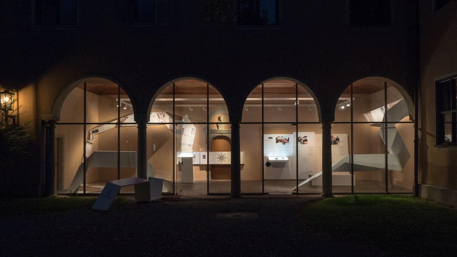 Blick von Aussen in die Ausstellungsräume