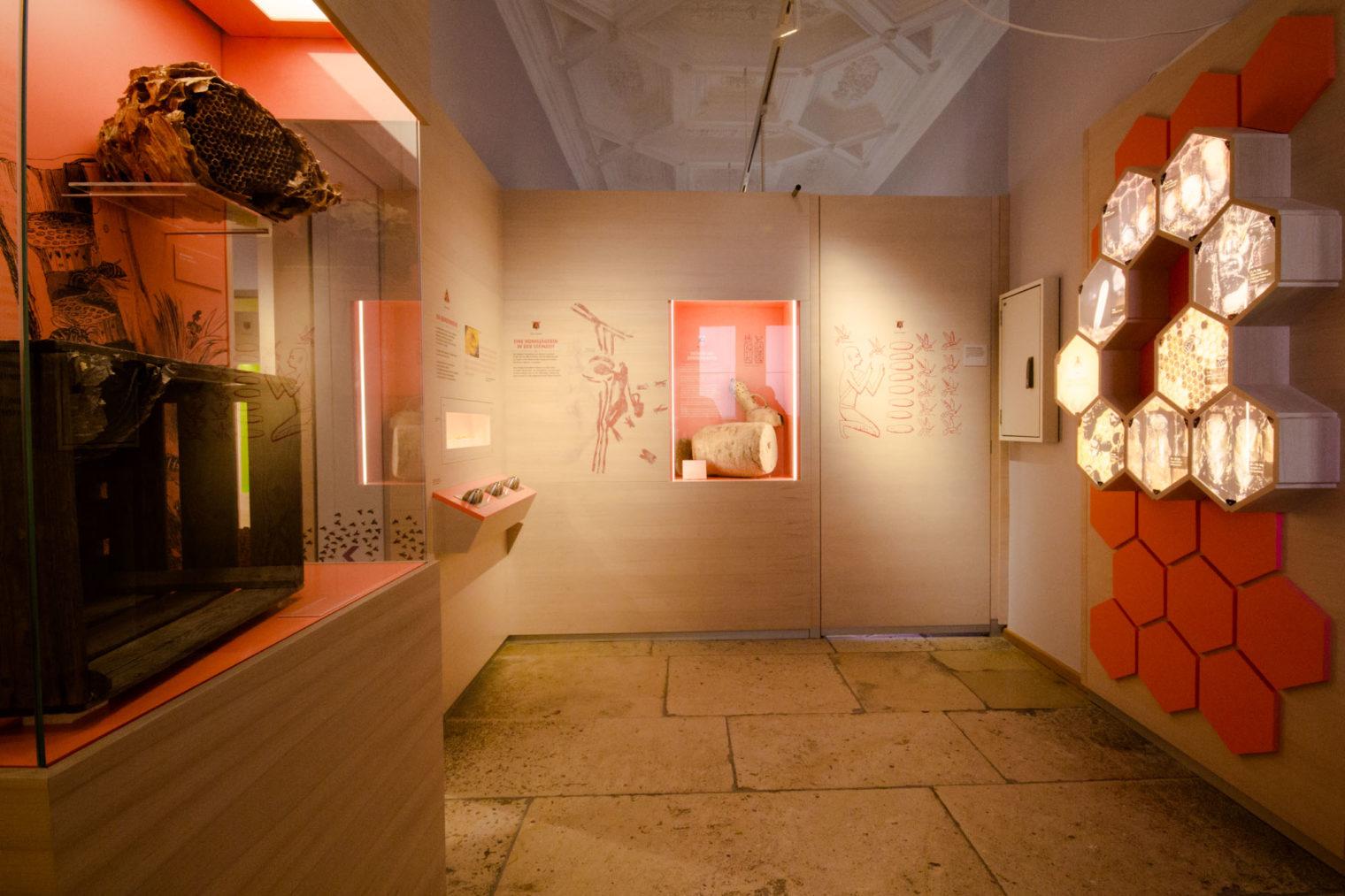 Blick in den roten Bereich der Ausstellung